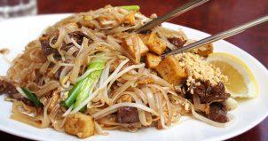 グアムのタイ料理屋<マックストロピカルカフェ>でパッツィとトムカーカイを食べる! Max Tropical Cafe Thai Cuisine.